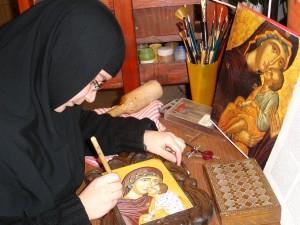 Сестра обработва ореола на иконата на Света Богородица